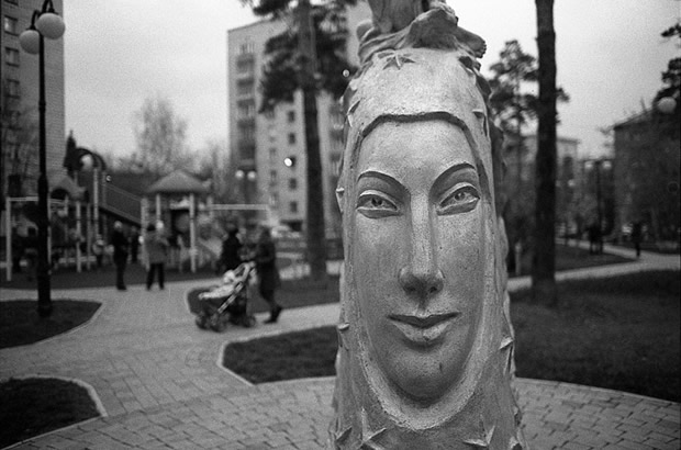 Скульптурка во дворе элитной новостройки по ул. Богдана Хмельницкого