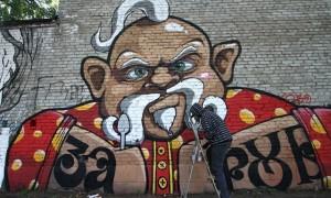На руках у Пацюка написано «Заруб». Это, объясняет Dan_one, такой прикол томских, новосибирских и кемеровских граффити-райтеров. Фраза, в общем-то, мало что означает, зато имеет весьма яркую стилистику: во всех трех городах для ее написания выбираются шрифты с выраженными русскими мотивами.