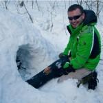 Зимой почти из всего можно сделать укрытие при помощи снега: рюкзаки заваливаются снегом, снег утрамбовывается, потом копается вход, через который рюкзаки и вытаскиваются. Получается своеобразная нора. Важно не забыть сделать в «крыше» вентиляционное отверстие.