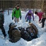 Зимой почти из всего можно сделать укрытие при помощи снега: рюкзаки заваливаются снегом, снег утрамбовывается, потом копается вход, через который рюкакз и вытаскиваются. Получается своеобразная нора. Важно не забыть сделать в «крыше» вентиляционное отверстие.