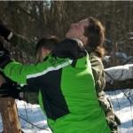 Поскольку при прохождении курсов выживания нельзя пользоваться топорами, пилами и другими инструментами, деревья валят руками. Конечно, выбираются высохшие экземпляры