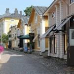 Финский город Порвоо с населением около 50 тысяч человек. Историческая деревянная застройка находится в отличном состоянии, тротуары имеют мощение.