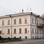 Здание, построенное в 1860-х годах, принадлежало раньше купцу Тонконогову. Это один из немногих отреставрированных памятников культуры на улице Ленина, его украшает изящная кружевная лепнина.