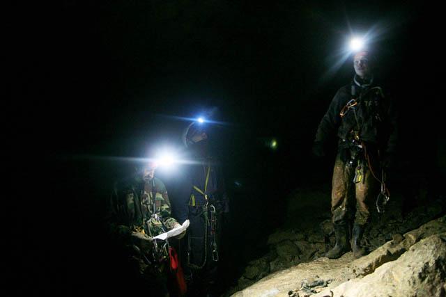 Самая удобная одежда для похода в пещеру — комбинезон, который не жалко замарать, и так же резиновые сапоги или берцы. Но одни из самых необходимых элементов «костюма» спелеотуриста, конечно, каска и фонарик
