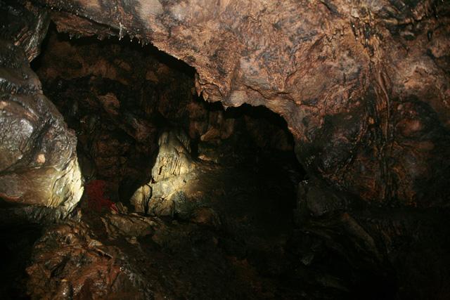 В пещерах часто встречаются сталактиты — свешивающиеся с потолка «сосульки» разных размеров, и сталагмиты — «сосульки», растущие из пола пещеры. Они могут быть разной формы и размеров