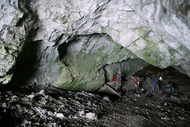 Вход в пещеру Ящик Пандоры, одну из самых протяжённых в Сибири