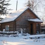 В экспозиции музея под открытым небом есть и колоритная крестьянская изба со старой утварью внутри.