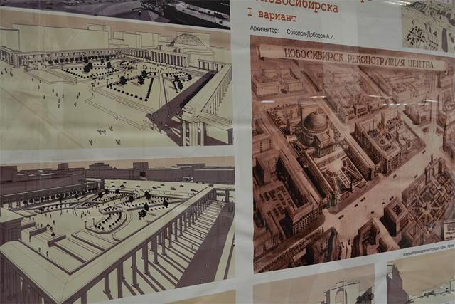 Слева: экспозиция, посвященная генеральным планам. Справа: кубики-мозаика для маленьких посетителей выставки.