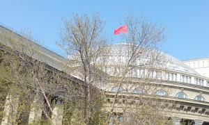 Несмотря на то, что «знамя победы» вывешивают на крыше Оперного театра к 9-му мая каждый год, многие горожане связали красный флаг в центре города с новым мэром.