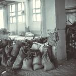 Во время уборки в печатном цеху «Красного знамени» волонтёры собрали больше 50 мешков мусора.