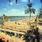 12.Строительство тростниковой лодки «Тигрис», на которой в 1977 году Хейердал отправился в плавание, чтобы доказать что между Месопотамией и Индской цивилизацией в лице современного Пакистана могли существовать торговые и миграционные контакты.