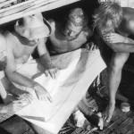 5.Кроме Тура Хейердала в команде «Кон-Тики» были художник Эрик Хессельберг, инженер  и мастер холодильников Герман Ватцингер, связисты Кнут Хаугланд и Турстейн Раабю, участники Второй мировой войны и швед Бенгт Даниельссон, который изучал был горных индейцев и владел испанским. «Мы сняли с кустов спальные мешки и залезли в них, хвастливо споря о том, у кого самый сухой мешок. Победителем был признан Бенгт: когда он повернулся, его мешок не захлюпал».