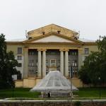 Закрытый фонтан около ДК им. Горького