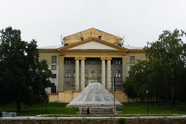 Сквер за ДК Горького, закрытый фонтан